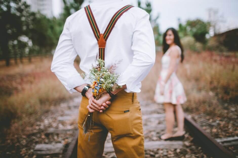برای داشتن رابطه پایدار بدرقه و استقبال از همسر را فراموش نکنید.